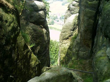 Vom Pfaffenstein durch das Nadelöhr auf den Ort Pfaffendorf geschaut Blick vom Pfaffenstein durch das Nadelöhr auf Pfaffendorf pfaffenstein nadelöhr pfaffendorf