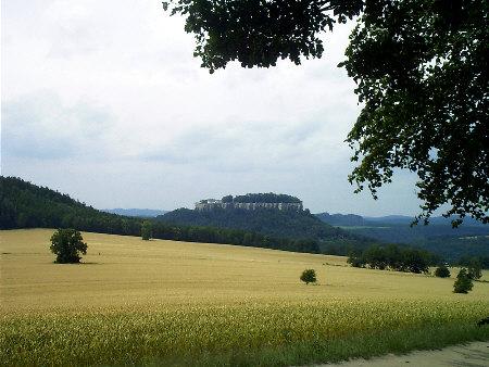 Festung Königstein vom Wanderweg zum Pfaffenstein aus gesehen Festung Königstein vom Wanderweg zum Pfaffenstein aus gesehen königstein wanderweg pfaffenstein quirl