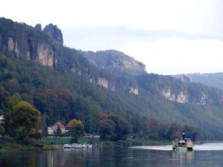 Sächsische Dampfschifffahrtsgesellschaft stellt den Schiffsverkehr von Bad Schandau nach Schmilka ein sächsische dampfschifffahrt dampfer weisse flotte schiff ausflugsdampfer dresden krippen bad schandau schmilka decin