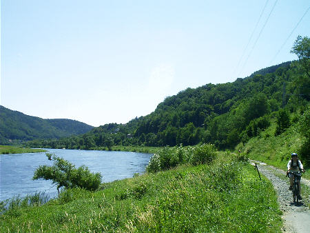 Der Elberadweg elbaufwärts, Blickrichtung Decin Fahrradtour auf dem Elberadweg: Von Bad Schandau elbaufwärts bis nach Decin rad radsport radwandern fahrrad tour radtour karte wanderkarte fahrrad kaufen leihen mieten