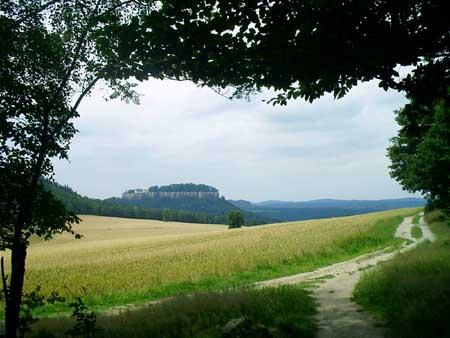 Die Festung Königstein vom Pfaffenstein aus gesehen, bequemer Abstieg, links der Quirl Die Festung Königstein vom Pfaffenstein aus gesehen festung königstein pfaffenstein pfaffendorf quirl