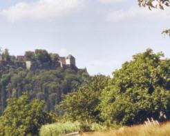 """Bildschirmschoner """"Panorama auf den Königstein im Elbsandsteingebirge"""" königstein elbsandsteingebirge bildschirmschoner screensaver sachsen elbe schandau kostenlos gratis download Festung Königstein"""