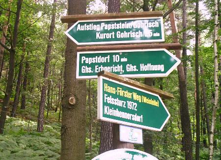 Wegweiser am Aufstieg zum Papststein papststein papstdorf gohrisch Wegweiser am Aufstieg zum Papststein