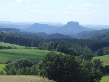 Blick von Kirnitzschtal auf das Elbsandsteingebirge mit dem Lilienstein Kirnitzschtal Elbsandsteingebirge Lilienstein Blick von Kirnitzschtal auf das Elbsandsteingebirge mit dem Lilienstein