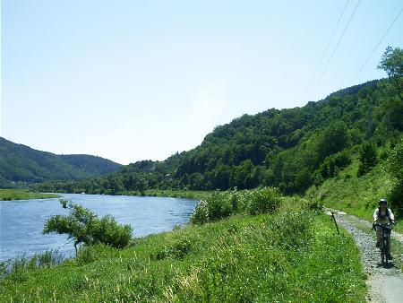 Der Elberadweg elbaufw�rts, Blickrichtung Decin