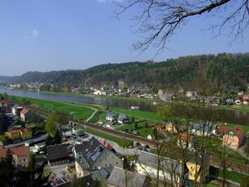 Blick von der Carolah�he am Hotel Erbgericht auf das gegen�berliegende Bad Schandau