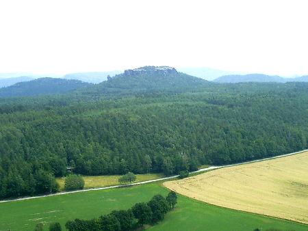 Der Gohrisch vom Pfaffenstein aus gesehen, Stra�e von Pfaffendorf nach Papstdorf