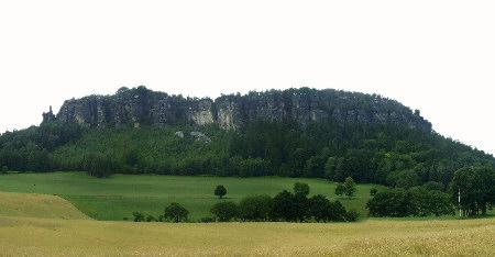 Der Pfaffenstein, links die sagenumwobene Felsnadel Barbarine