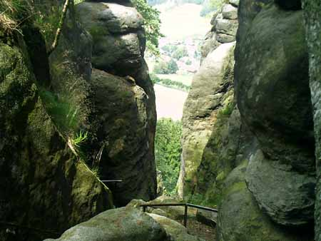 Am Pfaffenstein - Das Nadelöhr nadelöhr nadeloehr pfaffenstein aufstieg abstieg pfaffendorf klammweg barbarine babsi Blick vom Pfaffenstein durch das Nadelöhr abwärts