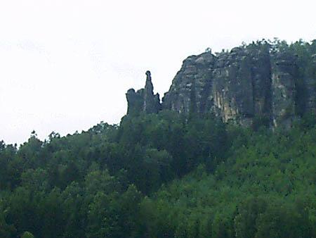 Pfaffenstein mit Barbarine aus der Ferne gesehen pfaffenstein barbarine barberine pfaffendorf cunnersdorf Pfaffenstein mit Barbarine stark vergrößert aus der Ferne gesehen