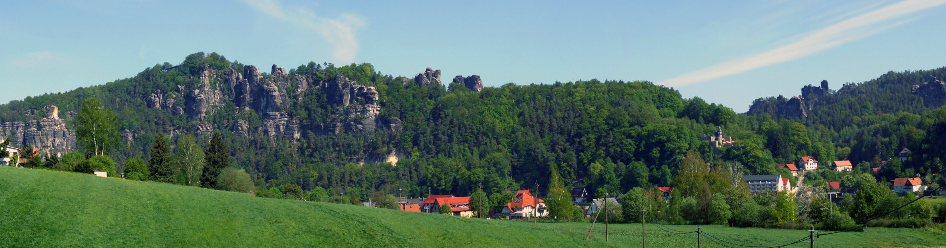 Rathen Ortseingang mit Blick auf die Bastei, die Lokomotive, den Talwaechter sowie Oberrathen und Unterrathen